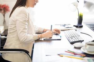 fotoredaktör som arbetar vid hennes skrivbord foto