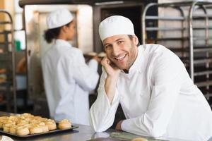 bagaren ler mot kameran foto