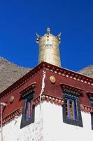 förgyllt dhvaja-tak av röd och vit vägg. sera gonpa-tibet. 1299 foto