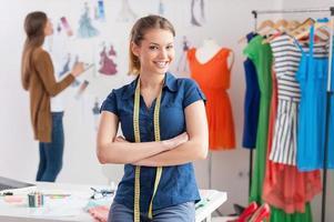 modedesigner på jobbet. foto