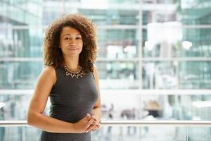 afrikansk amerikansk affärskvinnastående, midja upp foto