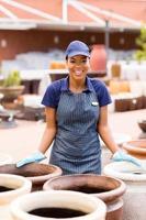 afrikansk amerikansk kvinnlig arbetare på trädgårdscentret foto