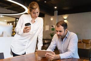fokuserad medarbetare som testar ny affärsapp foto