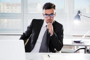 allvarlig säker affärsman som arbetar på kontoret foto