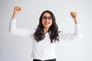 glad vacker affärskvinna firar framgång foto