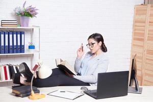 affärsflicka arbetar på en dator på kontoret foto