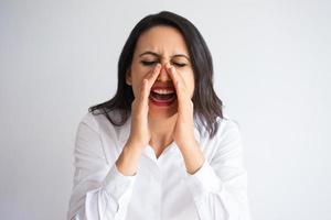affärskvinna som koppar händer och skriker högt foto
