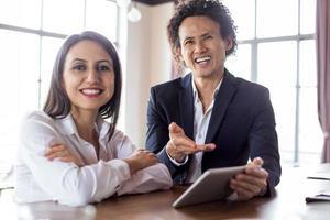 glada kollegor skrattar under diskussionen foto