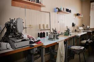 tomma jobb och utrustning i sömnadsverkstaden. allmän vy foto
