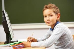 skolpojke i lektionen foto
