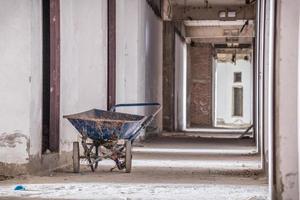 insida i gammal övergiven byggnad med oavslutad konstruktion foto