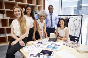 kreativt team som ler mot kameran på ett kontor foto