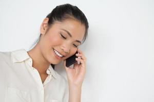 avslappnad affärskvinna i telefon foto