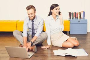 framgångsrika chefer som använder laptop och phone_tone foto
