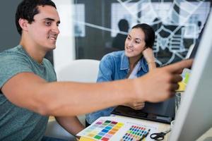 grafiska formgivare som arbetar vid skrivbordet foto