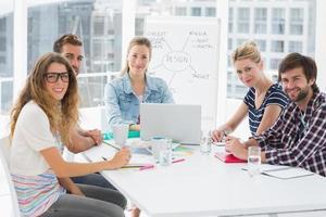 tillfälliga affärsmän runt konferensbord på kontoret foto