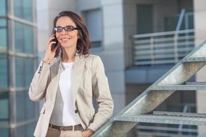 affärskvinna i telefon foto