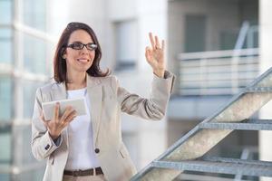 framgångsrik affärskvinna med digital surfplatta foto