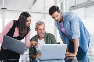 affärsmän diskuterar över bärbara datorer foto