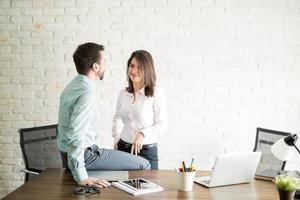 romantisk kast på kontoret foto