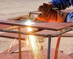 syre- och acetylenbrännarskärande stål med gnistor foto