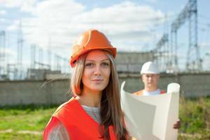 två arbetare som bär skyddshjälm foto