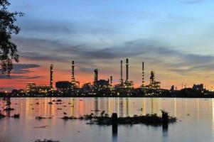 oljeraffinaderiet vid skymningen foto
