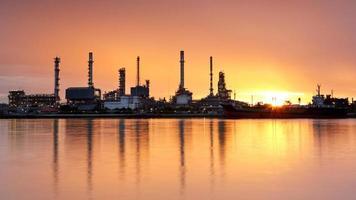 oljeraffinaderi med reflektion foto