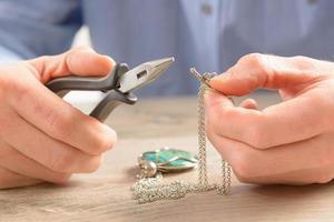 skapa eller fixa smycken foto