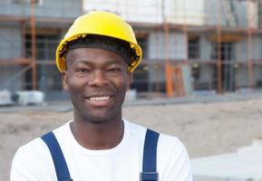porträtt av en afroamerikansk byggnadsarbetare på byggplatsen foto