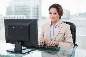 akter affärskvinna sitter framför datorn foto