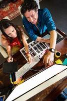 kollegor som använder en grafisk dyna foto