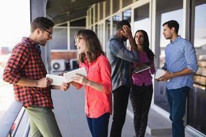 glada affärsmän diskuterar i balkong foto