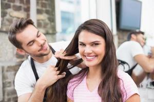 stilig frisör med klienten foto
