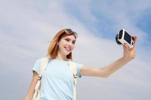lycklig resa kvinna ta selfie foto