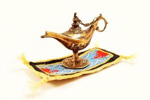aladdin magisk lampa isolerad foto