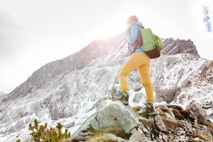 tjej på bergens avsats