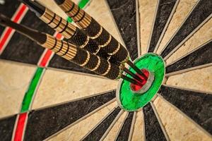 tre dart i bull's eye på nära håll foto