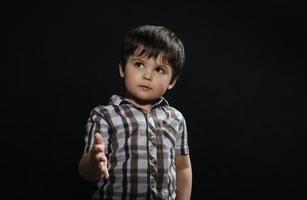 ung pojke räcker ut sin hand foto