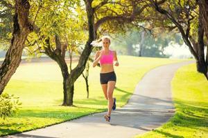 kvinna springer i parken foto