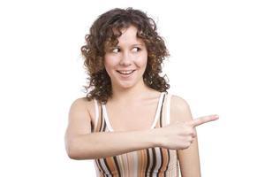 flicka pekar rätt. kvinna visar en riktning. foto