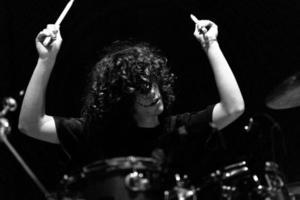 ung trummispojke bor på scenen foto