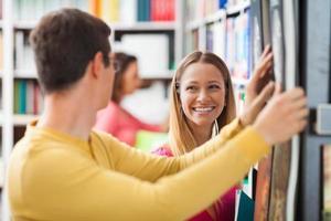 tjej i en bokhandel foto
