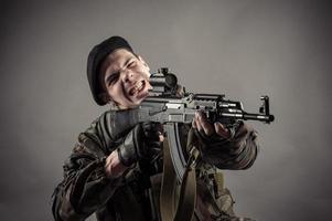 skjuter våldsamt tillbaka foto