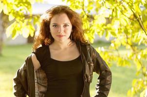 vacker ung kvinna utanför foto