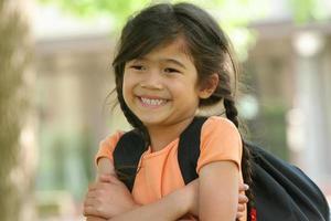 fem år gammal flicka redo för första skoladagen foto