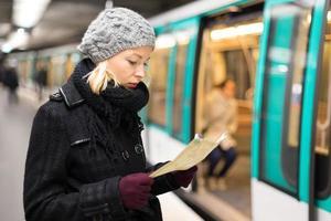 lady väntar på tunnelbanestation plattform.