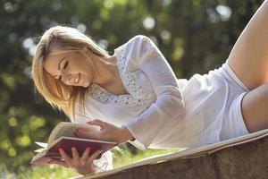 läser en bok foto