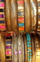 indiska färgglada gyllene armband foto