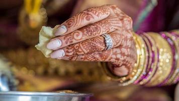 indiska brudens händer som äter foto